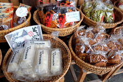 Japoński miejscowy przekąsza (Senbei) i cukierki sprzedają wewnątrz Iść, Gifu, Japonia Zdjęcie Stock