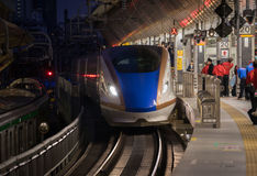 Japoński pociska pociąg W Tokio staci Japonia Obrazy Stock