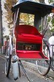 Japoński riksza z poduszek siedzeniami wzdłuż strony droga obraz stock