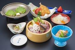Japoński specjalny posiłek z suszi, smażącą ryba i gałęzatki polewką, zdjęcia stock