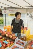 Japoński sprzedawca uliczny promuje jej jabłka, Zdjęcia Stock
