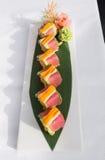 Japoński tuńczyka suszi słuzyć na zielonym liściu Obraz Royalty Free