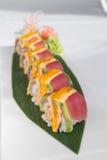 Japoński tuńczyka suszi słuzyć na zielonym liściu Zdjęcie Royalty Free