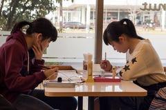Japońskie dziewczyny przy sklep z kawą Zdjęcia Royalty Free