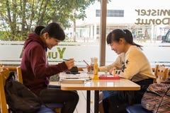 Japońskie dziewczyny przy sklep z kawą Fotografia Royalty Free