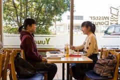 Japońskie dziewczyny przy sklep z kawą Obraz Stock