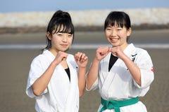 Japońskie karate dziewczyny przy plażą Zdjęcie Stock