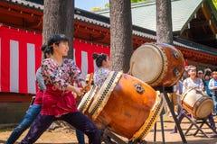 Japońskie kobiety wykonują Taiko bęben w Bunkyo azalii festiwalu Tsutsuji Matsuri przy Nezu świątynią obrazy stock