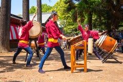 Japońskie kobiety wykonują Taiko bęben w Bunkyo azalii festiwalu Tsutsuji Matsuri przy Nezu świątynią zdjęcie royalty free