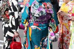 Japońskie młode kobiety jest ubranym tradycyjnego kimono Obrazy Stock