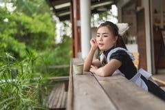 Japońskiego stylu gosposi śliczna dziewczyna fotografia stock