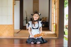 Japońskiego stylu gosposi cosplay śliczna dziewczyna Zdjęcie Stock