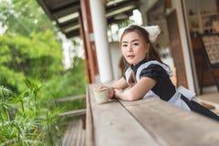 Japońskiego stylu gosposi cosplay śliczna dziewczyna Zdjęcie Royalty Free