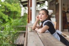 Japońskiego stylu gosposi cosplay śliczna dziewczyna fotografia royalty free