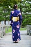 Japońska dziewczyna jest ubranym yukata Zdjęcie Stock
