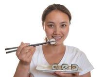Japońska kobieta kocha suszi rolki Fotografia Stock