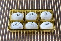 Japoński deser: Mochi na tacy Obrazy Stock