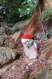 Japoński jizo w lesie obraz royalty free