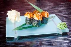 Japoński owoce morza suszi, rolka i chopstick, Zdjęcie Royalty Free