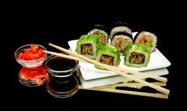 Japońskie rolki, soja kumberland i kiszony imbir na czarnym backgrou, Zdjęcie Royalty Free