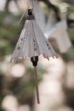 japońskiego papieru parasola miniatury obwieszenie od drzewa Zdjęcie Stock