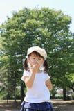 Japońskiej dziewczyny dandelion podmuchowi ziarna pod niebieskim niebem Obrazy Royalty Free