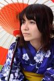 Japonés atractivo en un kimono con el paraguas Fotos de archivo
