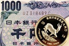 Japonés billete de banco de 1000 yenes con una moneda de Krugerrand del oro imagenes de archivo