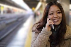 Japonés joven atractivo en el teléfono foto de archivo