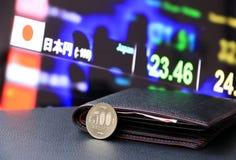 Japonés quinientos monedas de los yenes en el JPY reverso en piso negro con la cartera negra y el tablero digital de dinero del i fotografía de archivo libre de regalías