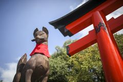 Japonés Torii y escultura de piedra del zorro Fotografía de archivo libre de regalías