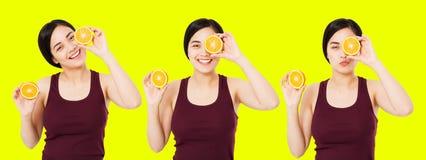 Japonês feliz da colagem, mulher asiática, menina que guarda partes de laranjas isoladas no fundo amarelo, conceito cosmético dos foto de stock