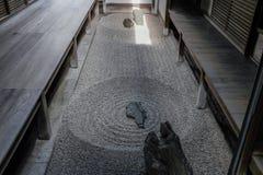 Japonês Zen Stone Garden Pierced por um Sunbearm imagem de stock royalty free