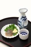 ` Japonais de saké de ` de vin de riz et entrailles salées de concombre de mer photographie stock libre de droits
