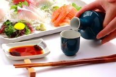 ` Japonais de SAKÉ de ` de vin de riz et ` de sashimi de ` de poisson cru Image libre de droits