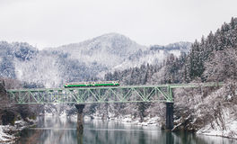 Japonia śnieg z lokalnym pociągiem i góra obraz royalty free