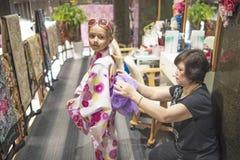 20 08 2018 Japonia ?adna dziewczyna w kimonie Kimono jest tradycyjna suknia b?d?cy ubranym popularny w Japonia Europejska dziewcz obrazy stock