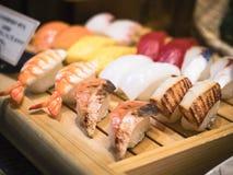 Japonia pokazu Karmowy suszi na drewnianych półkowych Japońskiej restauraci mężczyzna Obrazy Royalty Free