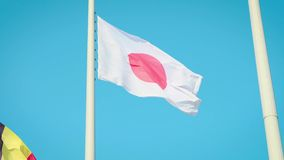 Japonia zaznacza falowanie w zwolnionym tempie przeciw czystemu niebieskiemu niebu zdjęcie wideo