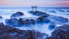 Japońska brama i morze Obrazy Royalty Free