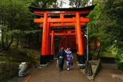 Japońska gejsza i partner przy Fushimi Inari świątynią uprawiamy ogródek w Kyoto Fotografia Stock