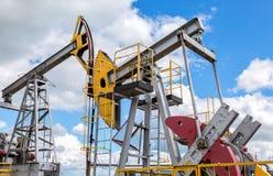 Jaque de trabalho da bomba que fracking a máquina bruta da extração Fotografia de Stock