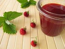 Jar av am med wild jordgubbar Royaltyfria Bilder