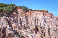 Jar falezy z wiele skałami sedimented czasem, skałami z czerwienią i żółtym kolorem, fotografia stock