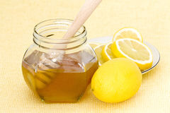 Jar of honey and lemon Royalty Free Stock Photos
