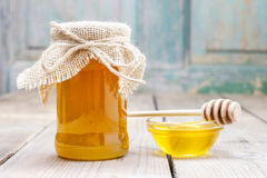 Jar of honey on wooden table Royalty Free Stock Photos