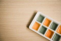 Jarabe anaranjado y verde en la tabla de madera Fotos de archivo libres de regalías