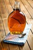 Jarabe de arce en la botella de cristal fotografía de archivo libre de regalías