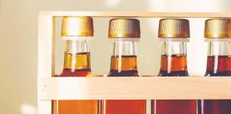 Jarabe de arce en las botellas de cristal Fotografía de archivo libre de regalías