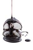 Jarabe de chocolate que es vertido sobre las melcochas Fotos de archivo libres de regalías